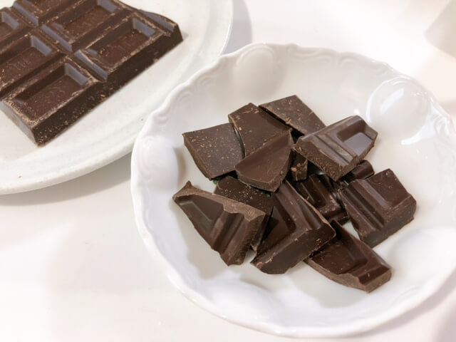 チョコを細かく砕く