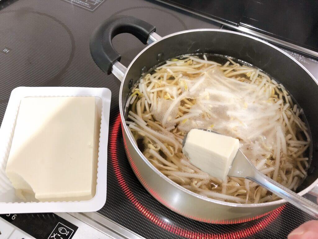 酸辣湯 もやしと豆腐を入れる