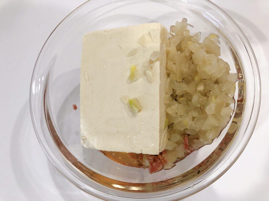 豆腐ハンバーグ タネの材料をボールへ入れる