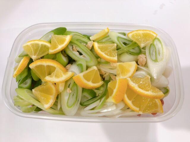 豚肉のネギ塩レモン 保存容器に入れる