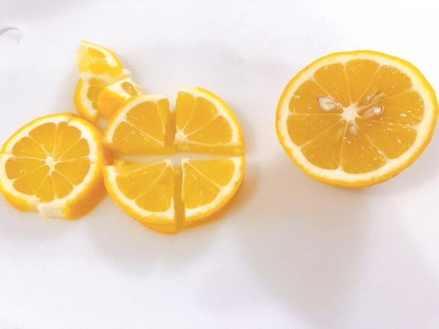 豚肉のネギ塩レモン レモンを切る