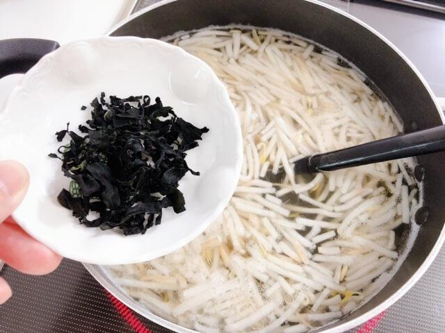 もやしと卵とわかめの中華スープ わかめを入れる