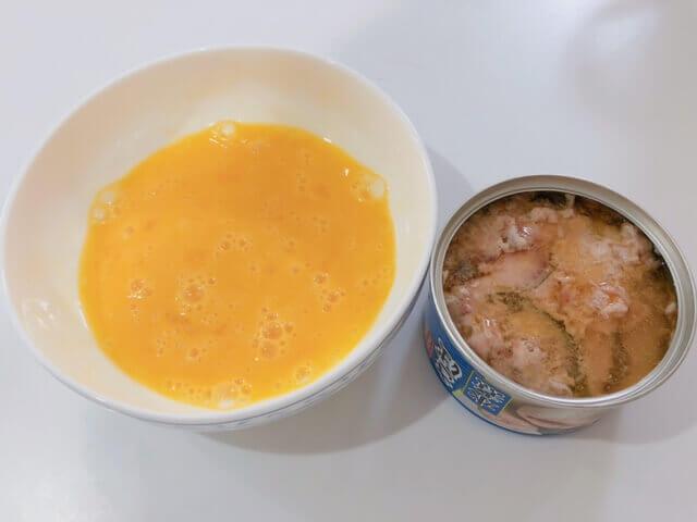 鯖缶の卵とじ 卵と鯖缶を入れる