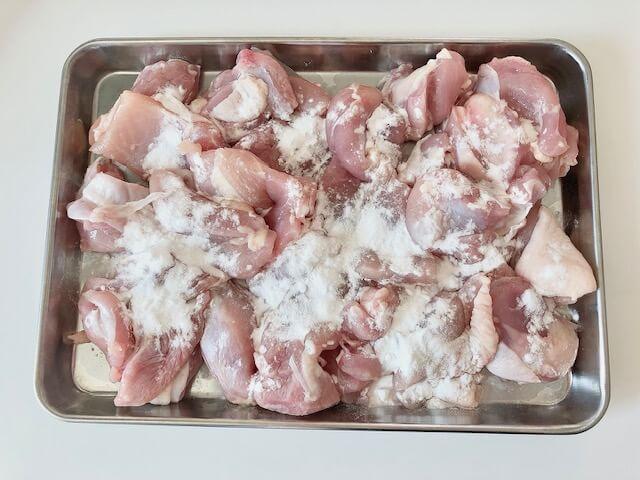 【ガリバタチキン】鶏肉に片栗粉をまぶす