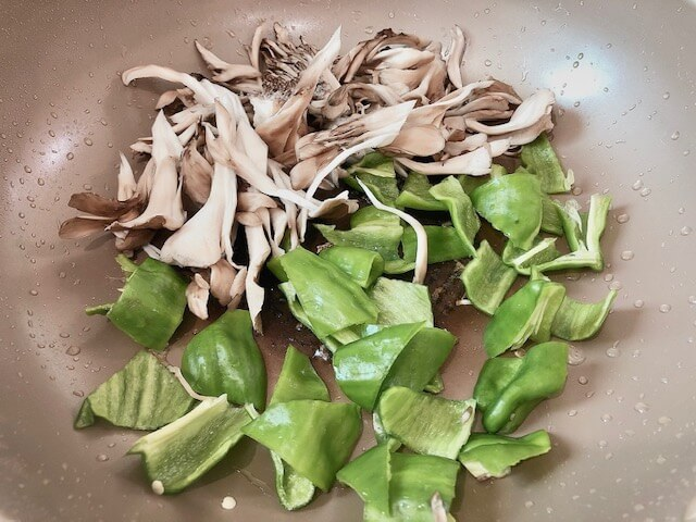 【ガリバタチキン】野菜を炒める