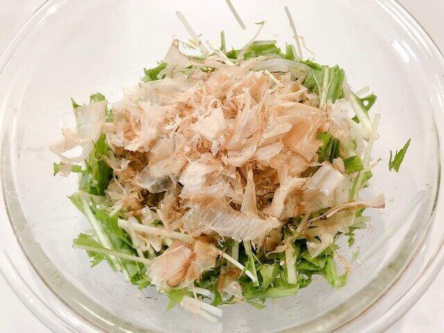 水菜ともやしのさっぱり梅サラダ 調味料を入れる
